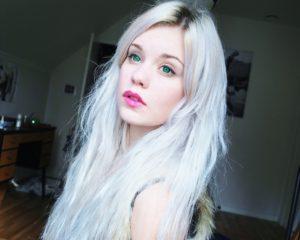 Девушка с пепельно-голубыми волосами