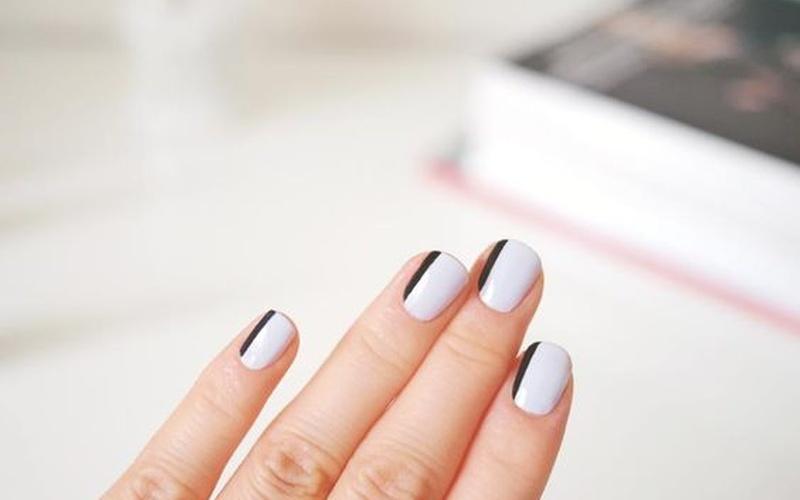 Чёрные линии на ногтях