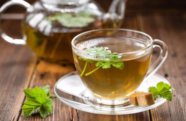 Заваренный чай из листьев смородины