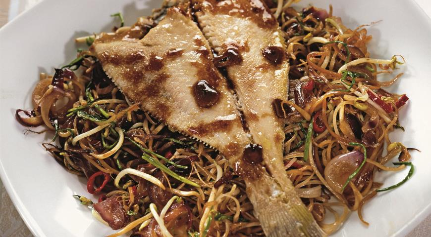Камбала с рисовой лапшой