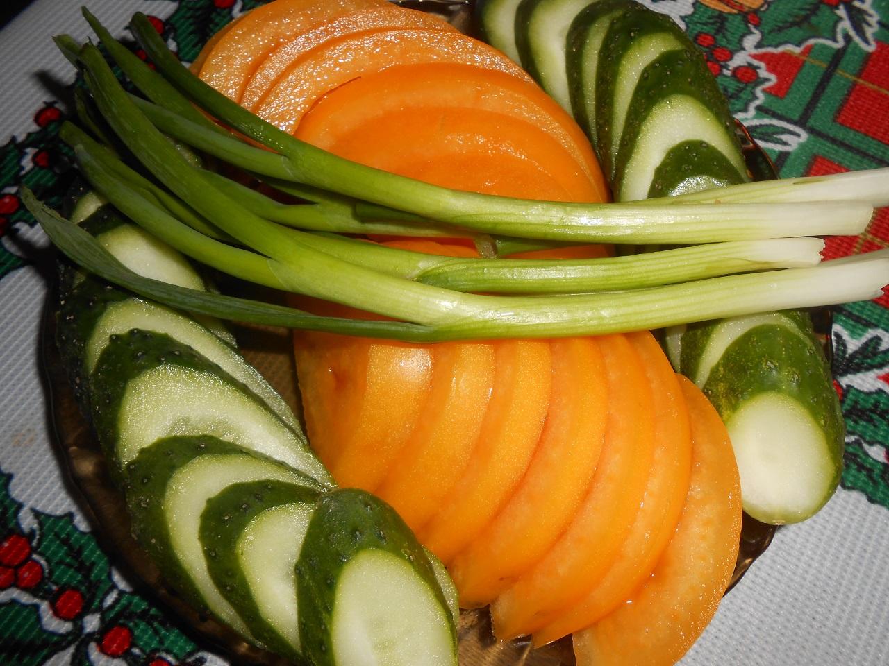 Лук-батун с морковью и огурцом
