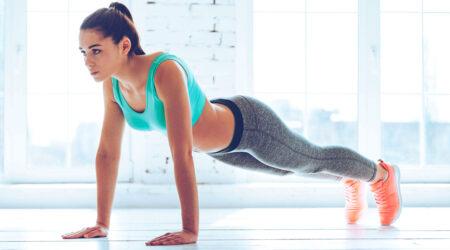 Девушка делает упражнение Планка